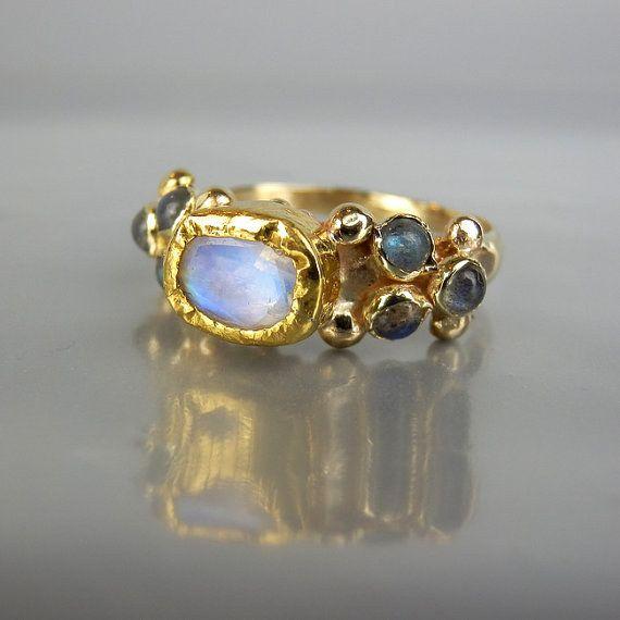 Este anillo de otro mundo lleno de piedra de luna y labradorita:   26 Razones por las que los anillos de compromiso son mejores cuando son coloridos