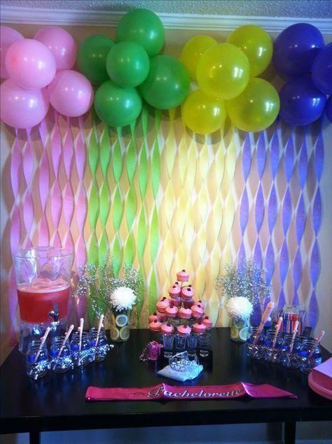 Guirnaldas y globos decorando fondo de mesa de postres para fiesta de despedida de soltera. #DecoracionMesaDePostres