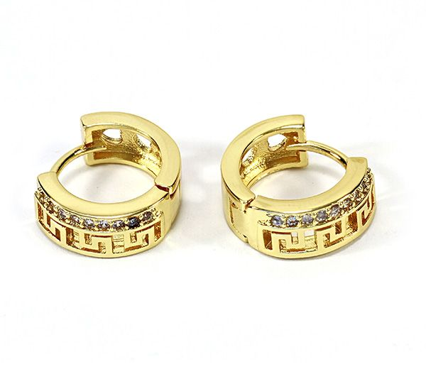 Cercei placati cu aur 18k, 2 microni, cu model grecesc si un rand de pietricele zirconia albe, inchidere clasica pe ureche