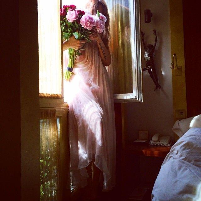 Открытки на память в моем телефоне. Мечты и желания только об одном... Платье @lesyanebo Нежность Любовь Романтика Счастье Окна Цветы Самолеты Свидания  #Padgram