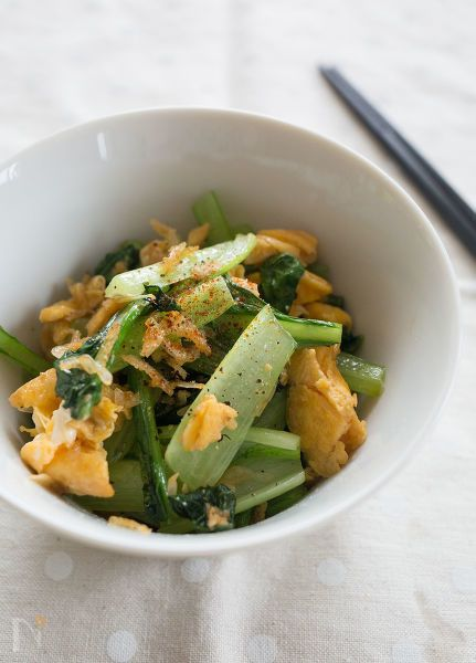 手軽に買えるアミエビ使い、風味豊かな中華風の炒めものに。  シャキシャキとした小松菜とふんわり卵に、えびとごま油の風味がよく合いますよ!    簡単なので、お弁当のおかずや晩ごはんでもう一品足したいときにおすすめです。