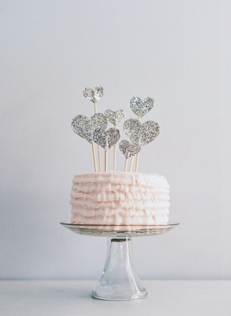 DIY glitter heart cake topper | idea: try it with edible glitter instead