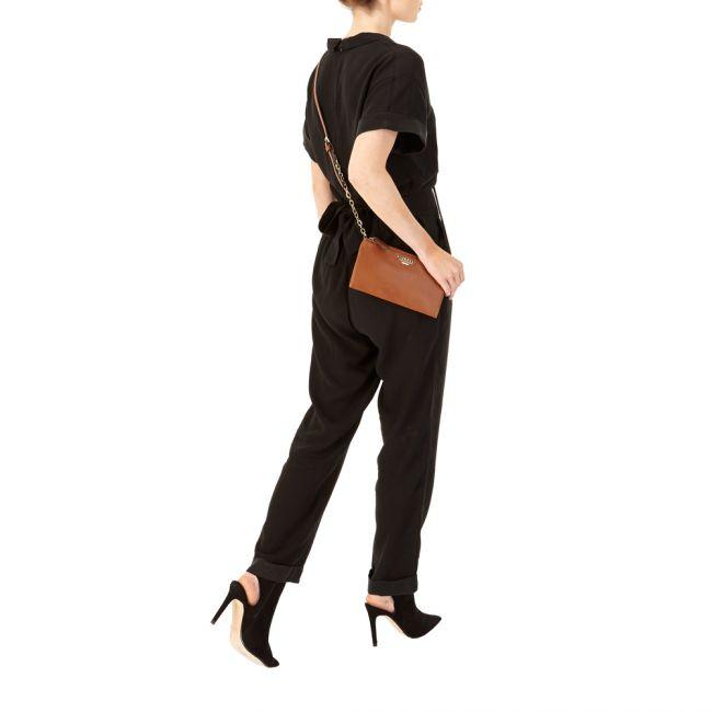 Yksinkertainen, lompakkomainen, pieni olan yli heitettävä laukku. Dakota Crossbody laukussa on otettu huomioon yksityiskohdat, esimerkiksi pieni ketju olkahihnassa, säädettävä olkahihna ja monipuolinen korttiosio, mikä tekee laukusta täydellisen laukun illanviettoon! - BeBag.fi