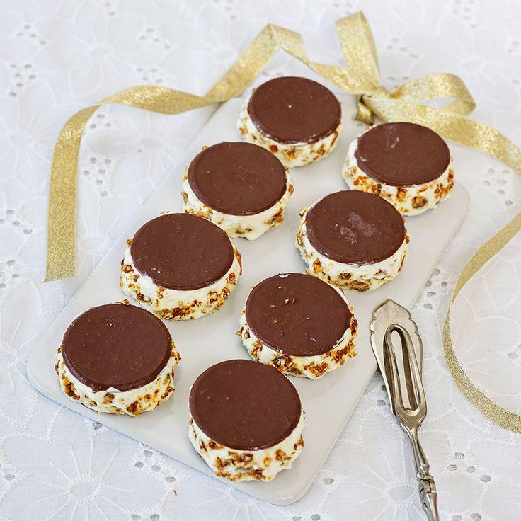 Eleganta glassbakelser med krokant och Noblesse-plattor.