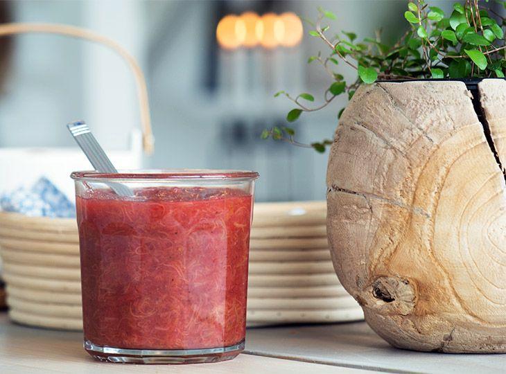 Rabarbermarmelade er både nemt at lave og så smager den hjemmelavede marmelade fantastisk med gode krydderier - få opskriften her