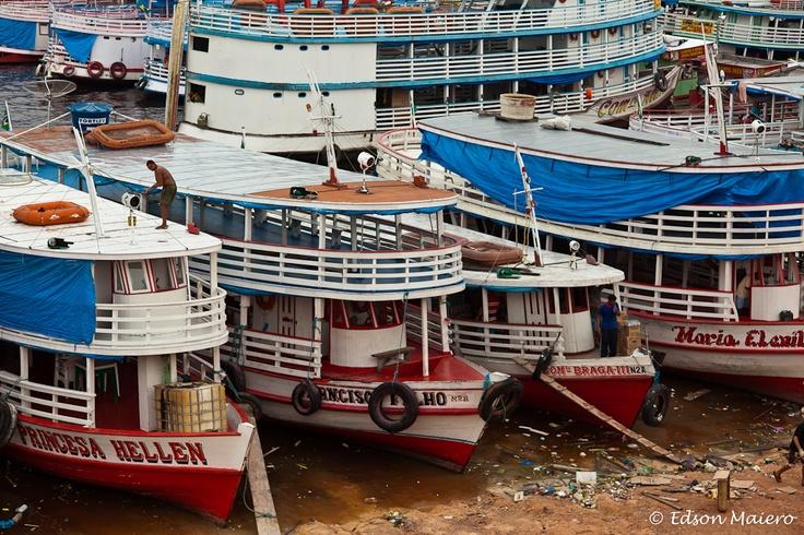 barcos ancorados no Porto de Manaus, festival de cores, mas infezmente o lixo toma conta da água e areia