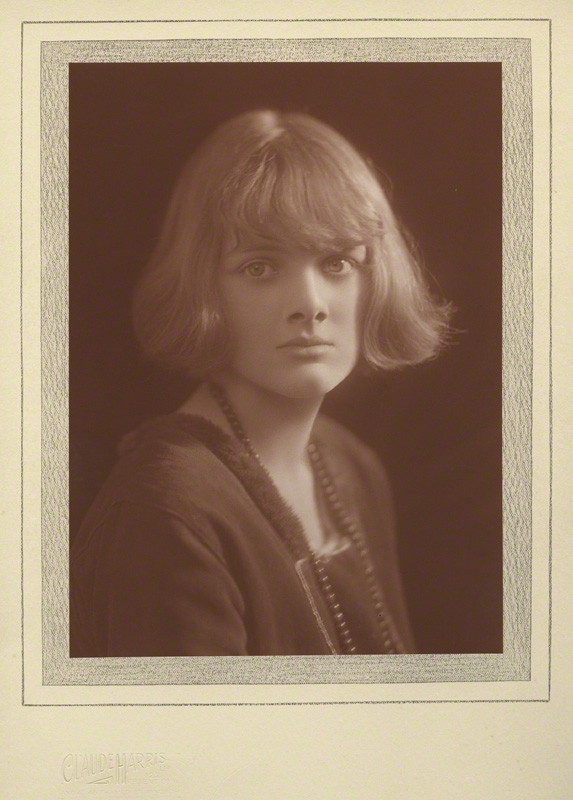 rebecca novel by daphne du maurier english literature essay This special edition of rebecca includes excerpts from daphne du maurier's the rebecca notebook and other memories, an essay on the real manderley, du maurier's original epilogue to the book, and more.
