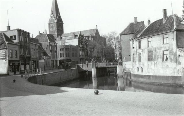 Breda - Markendaalseweg - met links de kathedraal van de H.Barbara. De brug is de Tolbrug met links daarvan de kruidenierswinkel van Piet de Gruijter. Het pand rechts in het water heet De Drie Trapkes - 1936