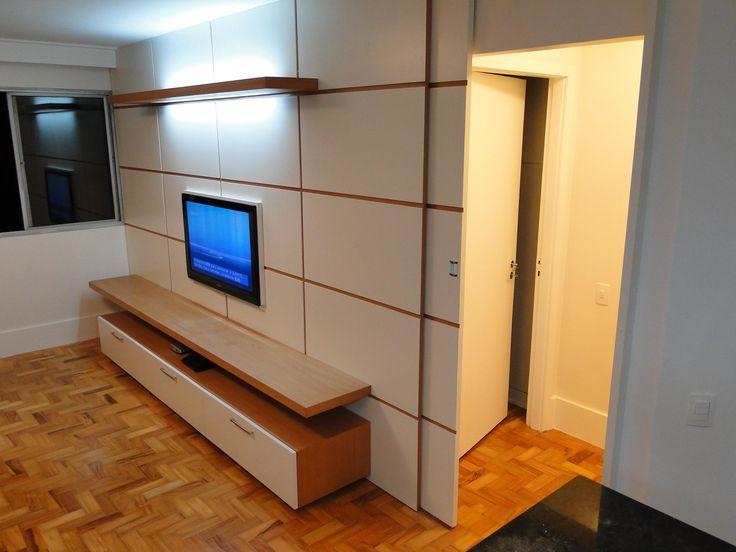 painel de tv com porta embutida quarto
