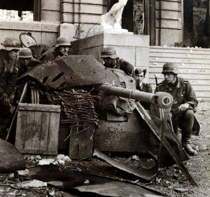 1941/42, Union Soviétique, Stalingrad, Les servants d'un canon allemand PAK 38 de 50mm, grossièrement dissimulé au pied de l'opéra municipale | por ww2gallery