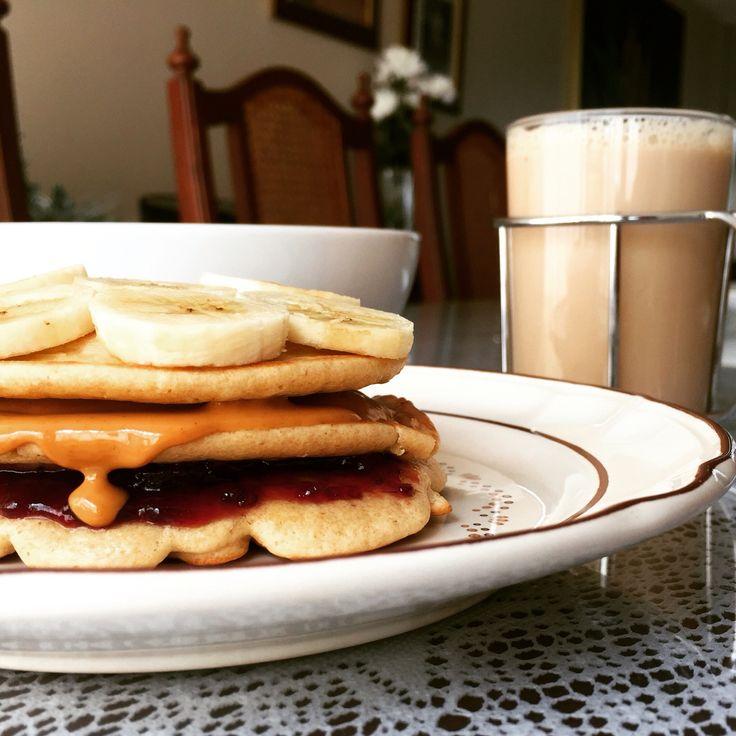 Pan cakes de avena con plátano crema de maní y mermelada.