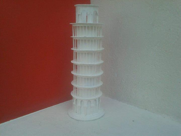 Maqueta de la torre de Pisa hecha con cartón, papel batería, palitos de madera y bambú, y pintura vinilica