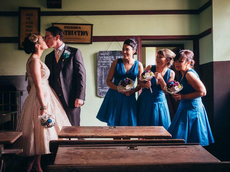 Die Brautjungfern und das Brautpaar posieren für Fotos