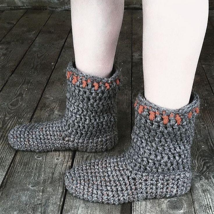 """Толстые носки как валенки из тройной шерстяной нитки связанные крючком - самая популярная """"обувь"""" зимой в деревне для тех у кого мерзнут ноги... Плюс полиэстерная нитка как основа предотвращает излишнее растягивание а значит преждевременное протирание размер 39-40. #forsale #woolandthegang #shareyuorknits #ilovecrochet #crocheting #crochetlove #crochetdesign #instacrochet #handmade #wool #socks #crochet  #homedesign #handmade #amigurumi #doll #littlegoatshut by littlegoatshut"""