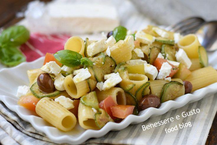 Pasta fredda alla greca, con feta zucchine e pomodori. Idea piatto unico, insalata di pasta veloce, ricetta facile anche in versione light