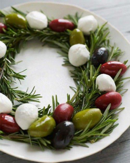 Leuke manier om olijven te presenteren op een feest of bezoek...     Een krans maken van rozemarijn en versieren met olijven en feta kaas..