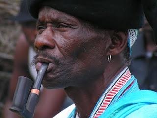 'n Xhosa-man woon 'n troue in tradisionele klere by. Meisies word van jongs af geleer hoe om hulle te gedra wanneer hulle uiteindelik trou. Respek vir die man en sy familie is 'n belangrike aspek hiervan.