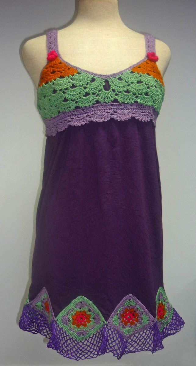 Vestido elaborado con modal color púrpura y tejido a crochet en hilos de colores lila, amarillo mostaza, verde claro y fucsia, talla M