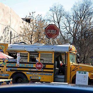 Food truck num ônibus escolar aposentado. Coisas de Austin. Foto: @vida.la.fora #vidalafora #gonetotexas #Texas #Austin #roadtrip #viagem #US #eua #segueaplaca #vida #vidanomade #viajarepreciso #keepaustinweird #foodtruck #explore