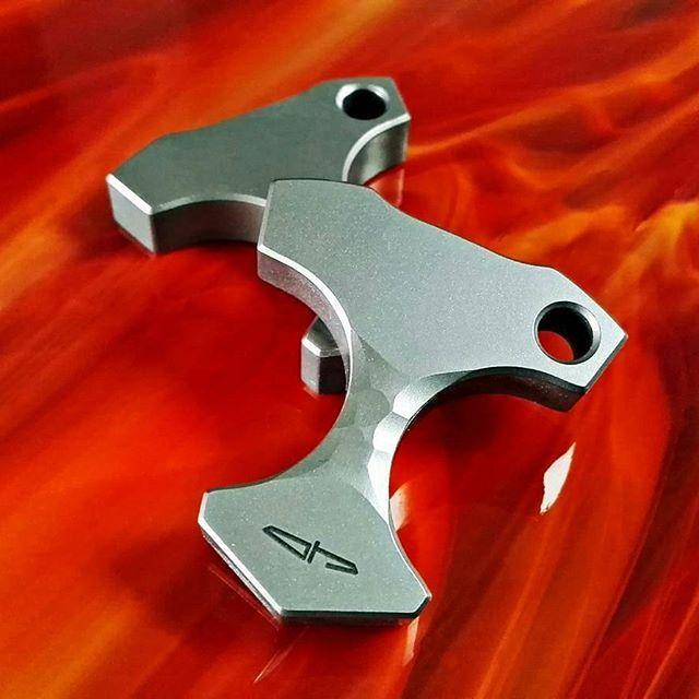✨ DIVULGATION ✨ @ostaphelknives - Titanium Mjolnirs in flames... Now available for 75$. #knuckle #knuck #knuckles #nuck #singleknuck #selfdefense #weapon #edc #titanium #ti #custom #handmade #usnfollow #polishknifemakers #customstuff #usnstagram #knifeporn #edcpocket #edcpocketdump #edcdump #everydaycarry #knucksdaily ✨Follow us @extremegentleman ✨Follow Adm Page @gilderoncz ✨Follow my Partners @onetigris @fiddy_spins @kobra.knuck