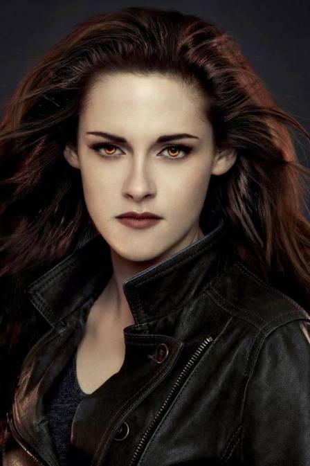 """Bella está de visual totalmente renovado na segunda e última parte do filme """"Saga Crepúsculo"""" que estreia hoje(16), com o desfecho da história do vampiro Edward (Robert Pattinson) e da humana Isabella Swan (Kristen Stewart). Acontece que Bella, a mocinha, não é tão mais mocinha assim e de 2008 - quando foi lançado o primeiro filme, para 2012... quanta diferença! Ela se transformou em vampira e mudou de estilo também. Cabelo e maquiagem, já não são os mesmos mas tudo está lindo! Foto…"""