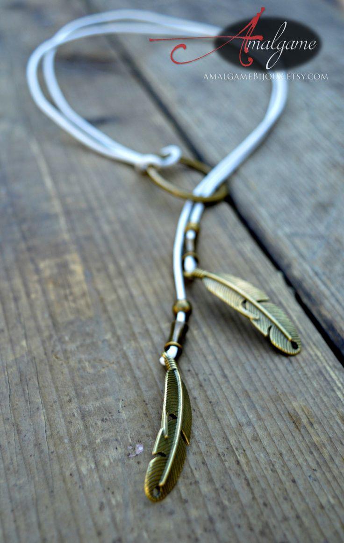 lasso court sur cordon de cuir blanc plumes anneau et billes mtal bronze antique