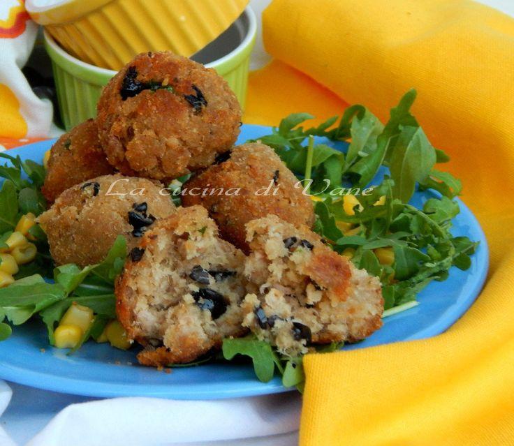 polpette di pane e tonno alle olive, ricetta secondo di pesce golosa e facile da fare. ricetta economica.le polpette di pane e tonno ottime come finger food