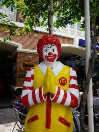 カオサン通りではタイ料理に飽きたらマクドナルドも食べられる。