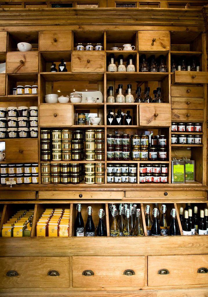 LE PAIN QUOTIDIEN. Un lugar donde comer la sopa o crema del día, zumos naturales, tostas vegetales, durante todo el día. También venden pan y pastelería. Todo productos ecológicos. En Fuencarral 95.