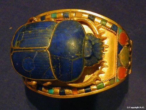Bague ornée d'un scarabée. Or, lapis-lazuli, pierres semi-précieuses, cornaline. Trésor de Toutânkhamon.