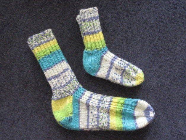 Handgestrickte Socken aus Strumpfwolle Die Babysocken dazu gibt´s bei Baby/Socken