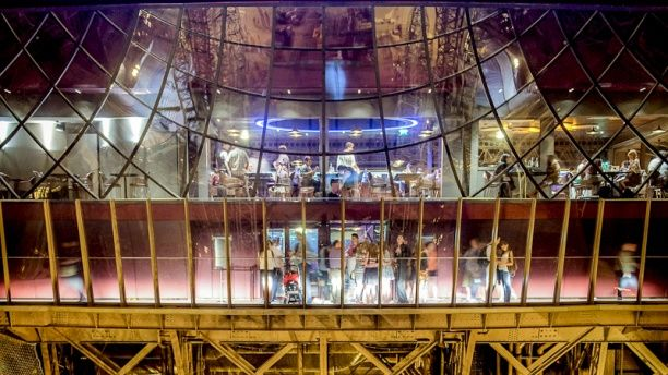 Restaurant 58 Tour Eiffel Façade du restaurant et personnes admirant le plancher en verre (PhotoPointCom)
