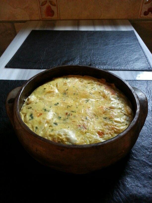Soufle de queso y cebolla.  Muy fácil de hacer !! Batir 3 huevos en un bols con sal a gusto , perejil,  1/2 taza de harina de maíz , de avena y 1/4 taza de Vitina. 2 cucharadas de queso crema y una cucharada de aceite.  Mezclar bien con el huevo . Agregar 1 1/2 taza de leche , mezclar. Agregar 2 cebollas Reahogar. Queso a gusto que se funda . Volcar la mezcla en un molde para horno . Cocinar a 190° durante 40' . Dejar enfriar un poco antes de servir La olla de barro de esta receta esta hecha…