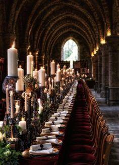 banquet de mariage de luxe, décoration de mariage de luxe, centre de table médiéval, bougies, chandeliers, parchemins Décoration Eric Chauvin Gautier Photographies www.mariagedanslair.fr