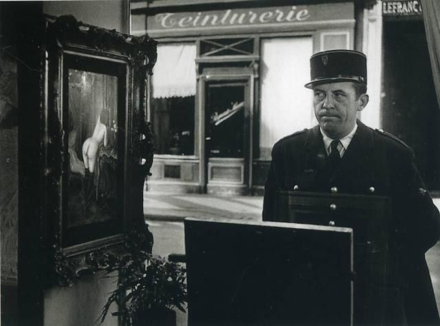 Photo: Robert Doisneau: Tableau de Wagner dans la vitrine de la galerie Romi, rue de Seine, 1948.