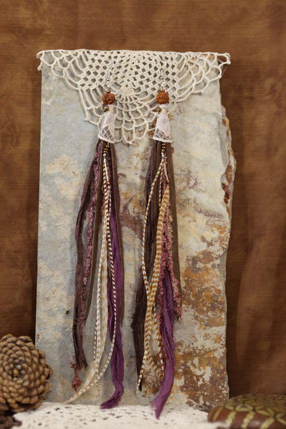 Ces boucles doreilles sont si belle et féminine!!! Pour honorer lesprit Tribal en vous ! Cette liste est pour une paire de boucles doreilles, et ils sont super longues. Il y a 3 plumes grizzlis sur chaque boucle doreille. Vraiment belle et mince. Elles sont faites de cuir, des rubans de soie pourpres, dentelle tissu, fils et perles de verre, plumes grizzlis. Chaque paire est unique de conception et à la main avec amour. Ces boucles doreilles measure11 pouces ou les 28 cm au total et se…