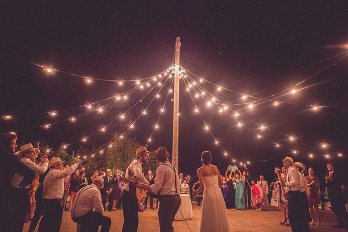 Nada mejor que acabar una #boda bailando en una carpa de luces, en L'Avellana