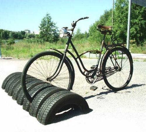 Aparcamiento para bicicletas reutilizando neumáticos