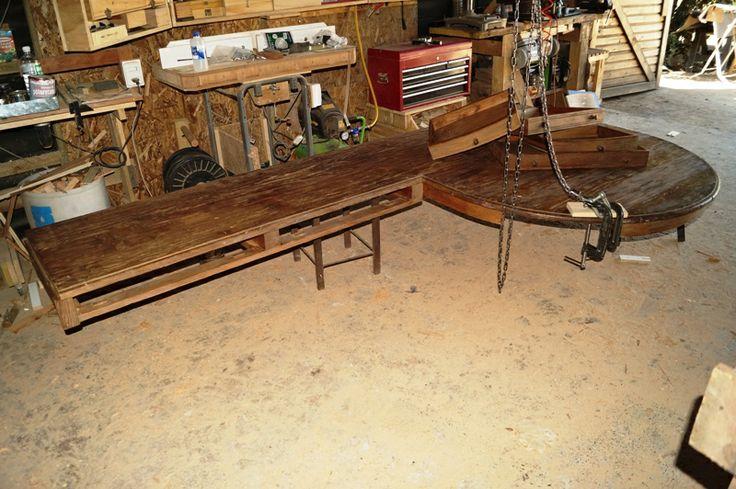 Escritorio de pino oregón americano - Se trata de rescatar el tablero de un mesón de cocina hecho de pino oregón americano para hacer un escritorio.  Este es el tablero, que estuvo arrumbado durante mucho tiempo después de sus buenos años de uso: