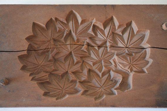 Eine schöne alte Hand geschnitzte japanische hölzerne Süßigkeiten Schimmel (Kashigata); Momiji Ahorn Blatt Entwurf. Der Schimmel besteht wahrscheinlich aus Yamazakura oder Berg Kirsche Holz. Beachten Sie, dass oben und unten beide aufgeteilt und vor langer Zeit mit Metallklammern (siehe letztes Foto) repariert worden.  Kashigata sind Sammlerstücke geworden. Sie sind einzigartige Kunstwerke und können in der Küche oder einfach zu Anzeigezwecken verwendet werden.  ABMESSUNGEN 17 x 9 x 4 cm 341…
