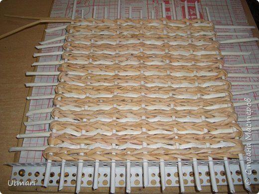 В плетение дна всё наглядно и понятно, верёвочка 2 ряда, ситцевое и кончики ситцевого оставляем на обе стороны для стоячков