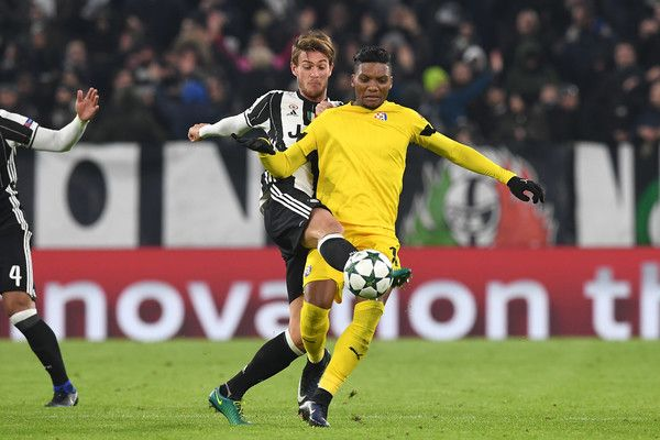 Daniele Rugani (L) of Juventus competes with Junior Fernandes of GNK Dinamo Zagreb during the UEFA Champions League Group H match between Juventus and GNK Dinamo Zagreb at Juventus Stadium on December 7, 2016 in Turin.
