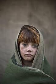 1. Op deze afbeelding zie je een kind in de oorlog. Zijn of haar gezicht zit vol met zwarte vegen van het zand. Hij of zij loop met een groene doek om zich heen. Op de achtergrond zie je dan ook niet veel.  2. Het beeld van het kind in de oorlog is duidelijk en de achtergrond is juist vervaagd. Hierdoor komt het kind goed naar voren. Het hoofd van het kind is ook meer verlicht dan het lichaam. Hierdoor komt het gezicht van kind goed naar voren.