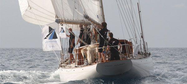 White Dolphin venceu a Panerai Transat Classique 2012, a espetacular regata transatlântica para barcos clássicos e vintage organizada pelo Atlantic Yacht Club e apoiada pela Officine Panerai. Como prémio, o ketch Marconi de 1967 recebeu um Luminor 1950 Rattrapante 8 Days Titanio – 47mm, uma edição especial, criada pela Panerai para este evento, com o logótipo Transat Classique no fundo da caixa. Tendo partido de Cascais exatamente às 12h00 do dia 2 de Dezembro, o White Dolphin chegou a…