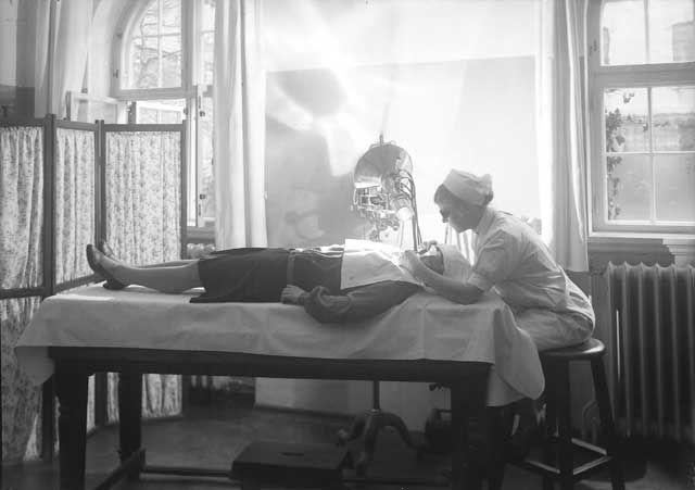 [Kvinnelig sykepleier og pasient på røntgenavdelingen, Haukeland sykehus] fra marcus.uib.no