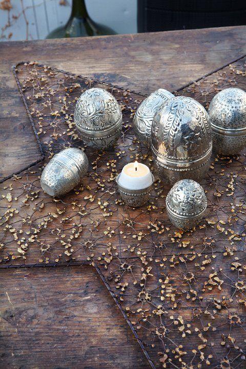 Huevos de metal con vela dentro