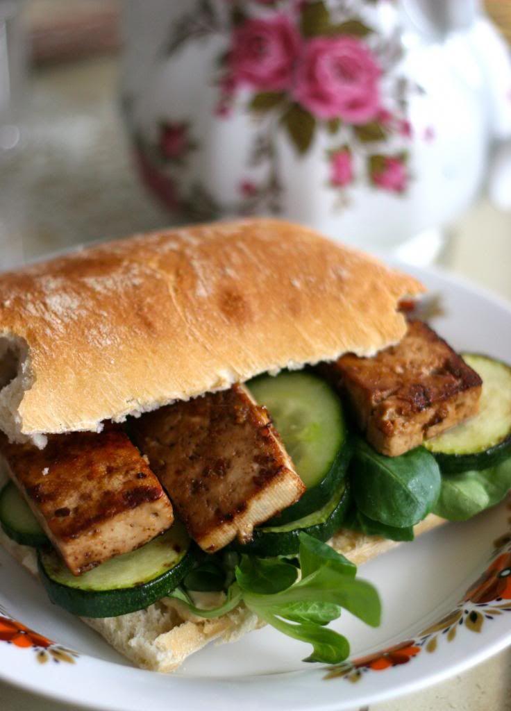 Big Fat Happy Sandwich   De Groene Meisjes: blok tofu – 2 eetlepels sojasaus of tamari – 2 eetlepels maple syrup – 2 kleine teentjes knoflook, geperst – 1/4 – 1/2 tl chipotle poeder