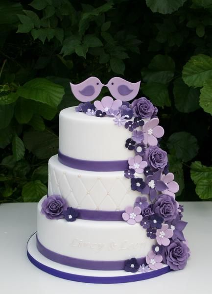 Bruidstaart wit en paars met bloemenspary en vogels