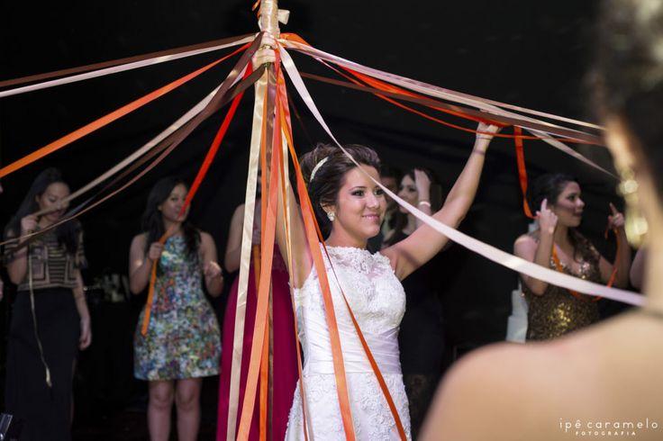 Formas diferentes de jogar o buquê no casamento: buquê de fitas