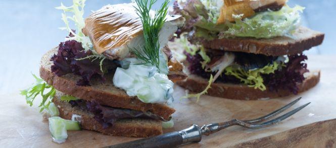 Gestapeld Brood Met Gerookte Makreel En Tzatziki recept | Smulweb.nl